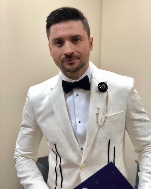 Сергей Лазарев в белом пиджаке.