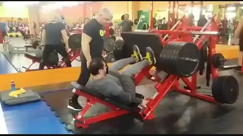 Жим ногами платформы лежа, 450 кг.