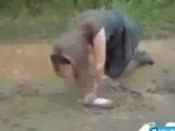 Пьяная девушка (телка) борется с грязью