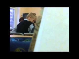 Дрочит парню на уроке