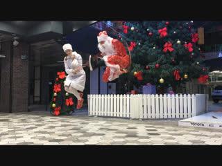 Дед мороз и снегурочка отжигают со скакалками
