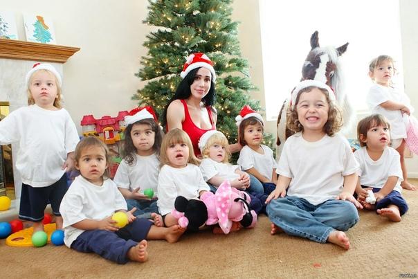 Натали Сулеман прославилась тем, что родила восьмерых близнецов . Всего у нее 14 детей. Причем воспитывает она их всех одна без помощи мужа. Порой желание взрослых людей быть похожими на своих
