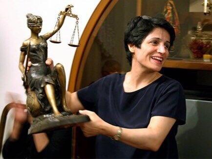 Защитницу прав женщин приговорили к тюремному сроку и ударам плетью за то, что та не надела хиджаб. Случай произошел в Иране. 55-летняя Насрин Сотуде является защитницей прав женщин и адвокатом.