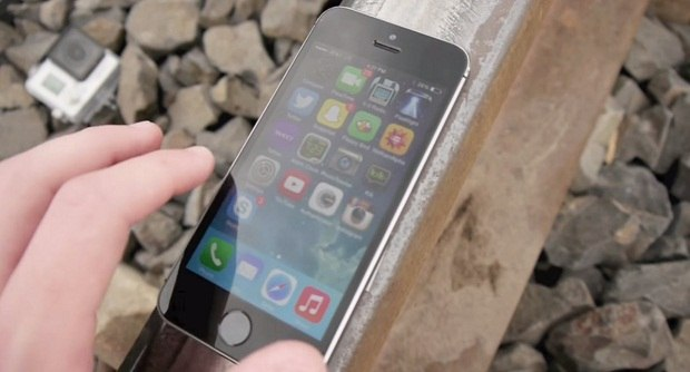 Краш-тест: iPhone 5S против поезда