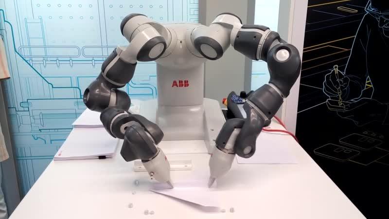 Робот складывает и запускает бумажный самолетик