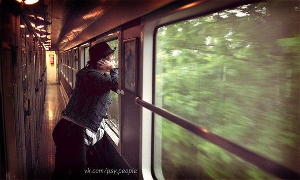 """Пожилой мужчина с 25-летним сыном вошли в вагон поезда и заняли свои места. Молодой человек сел у окна. Как только поезд тронулся, он высунул руку в окно, чтобы почувствовать поток воздуха и вдруг восхищённо закричал: -"""" Папа, видишь, все деревья идут назад!"""". Пожилой мужчина улыбнулся в ответ. Рядом с молодым человеком сидела супружеская пара. Они были немного сконфужены тем, что 25 летний мужчина ведёт себя , как маленький ребёнок. Внезапно молодой человек снова закричал в…"""