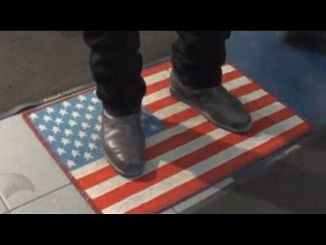 Москва Русские на санкции ответили ковриками с флагом США 25 12 2014