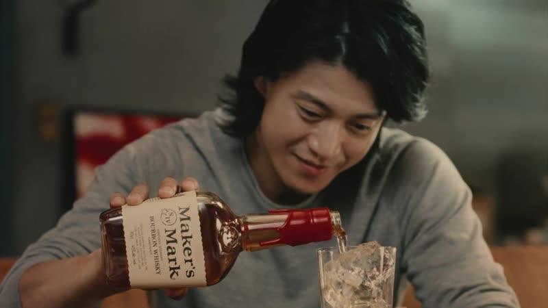 小栗旬、仲睦まじく一緒に飲む サントリーメーカーズマークCM2 1