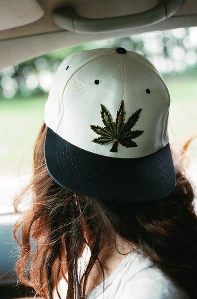 Девушка кепка марихуана