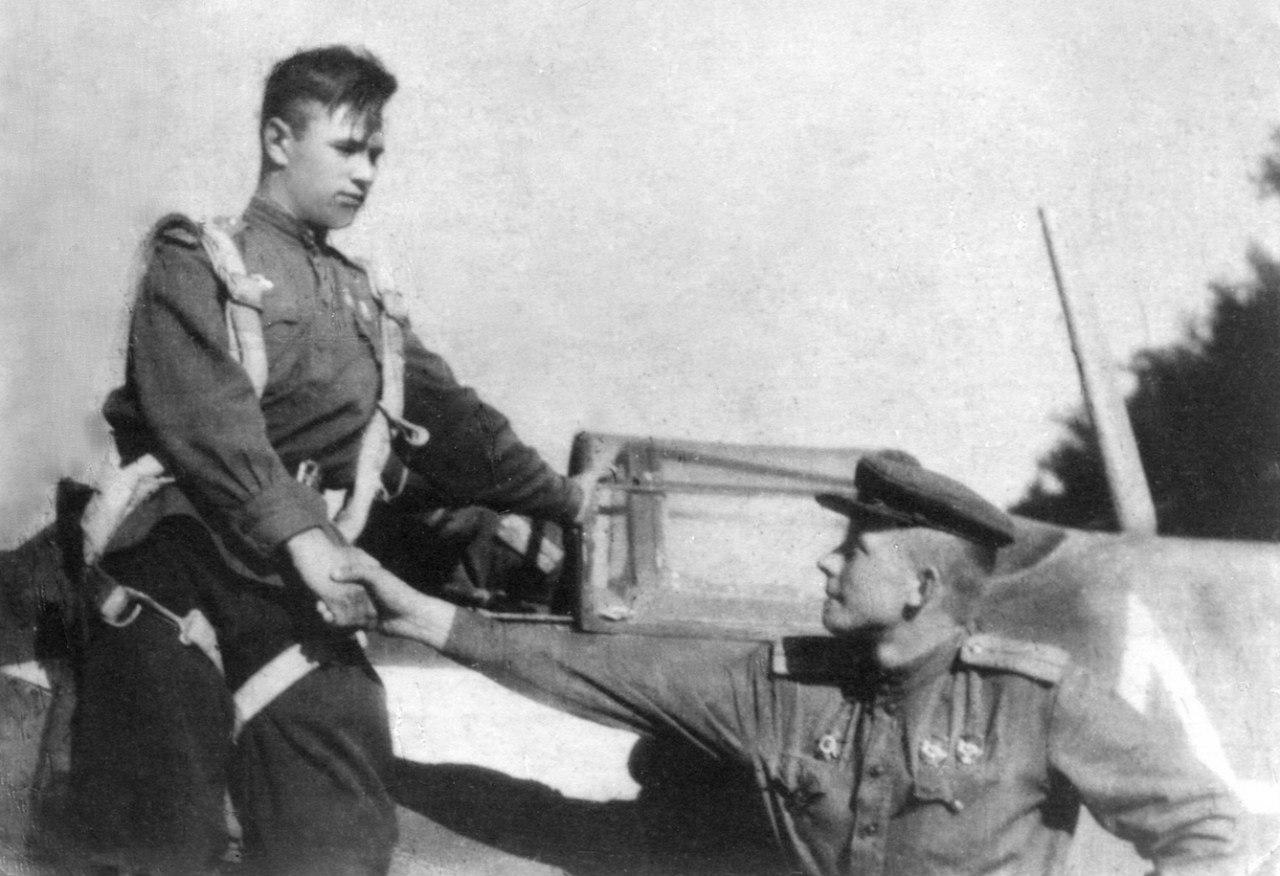 В. Кирилюк поздравляет Н. Скоморохова с очередным сбитым самолётом. 1944 г. Венгрия.