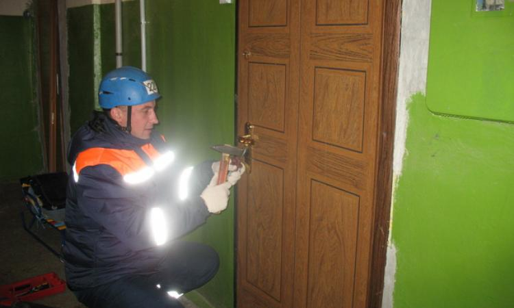 В Таганроге очередной ребенок остался за захлопнутой дверью