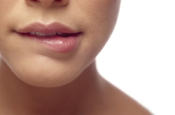 Когда девушка облизывает свои губы