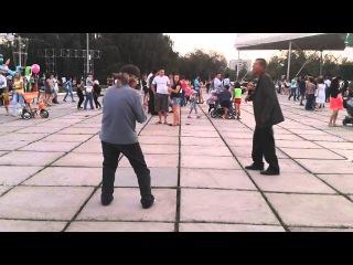 Зажигательный танец под макарену :)