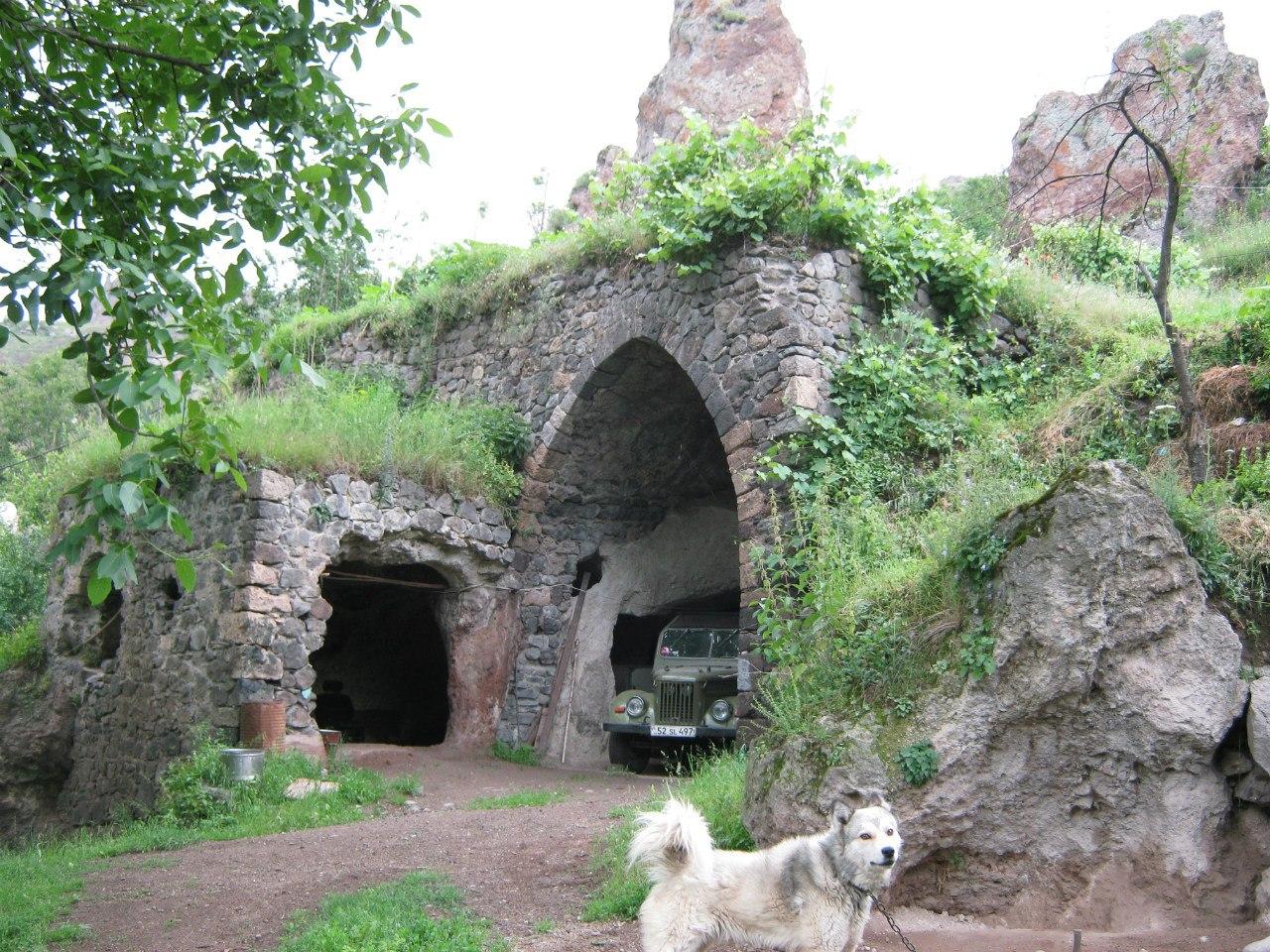 Пещерный гараж в Старом Горисе