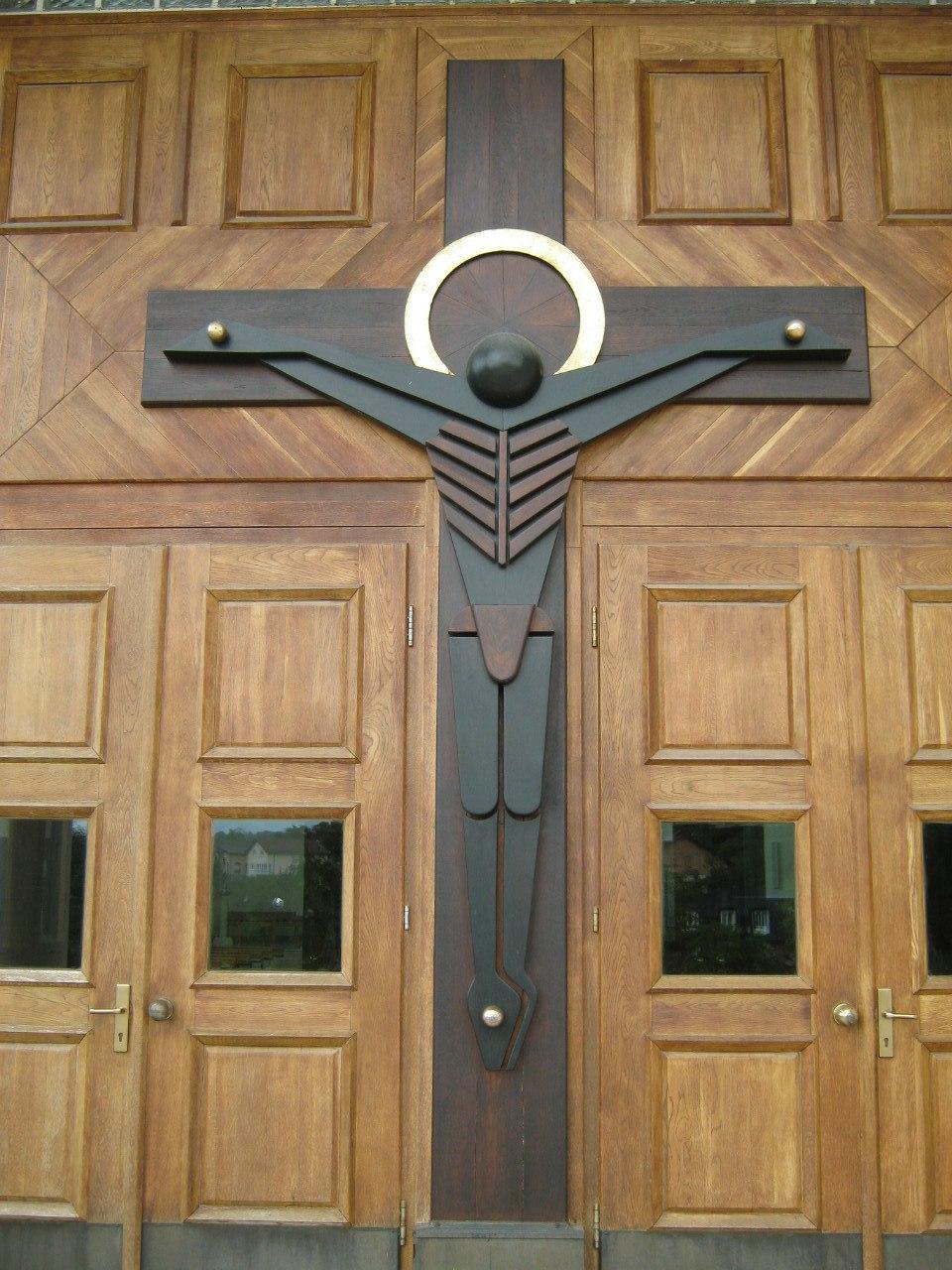 Распятый Спаситель на воротах в католическую церковь