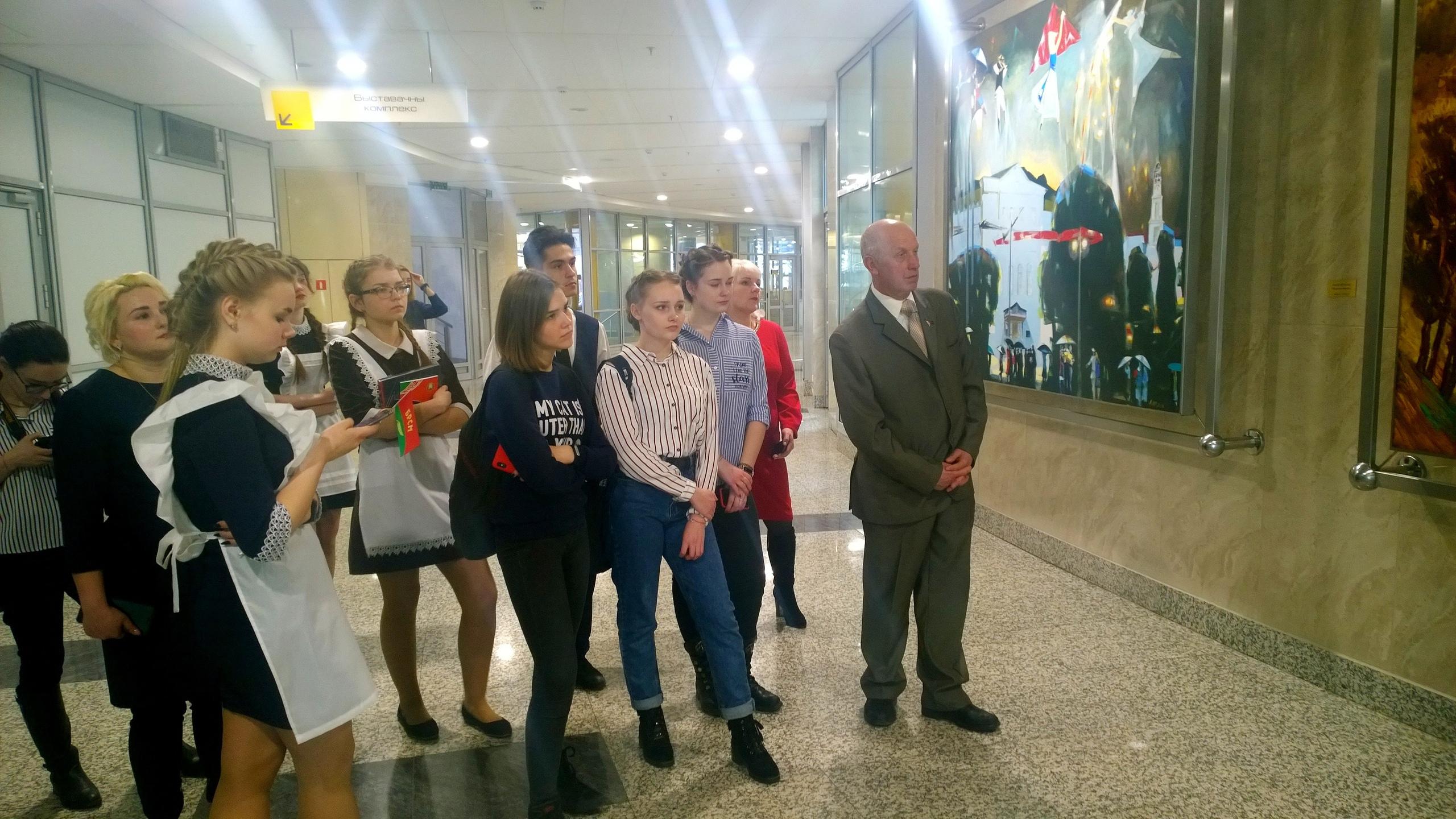 Фотофакт. Борисовские школьники в День Конституции получили первые паспорта 1