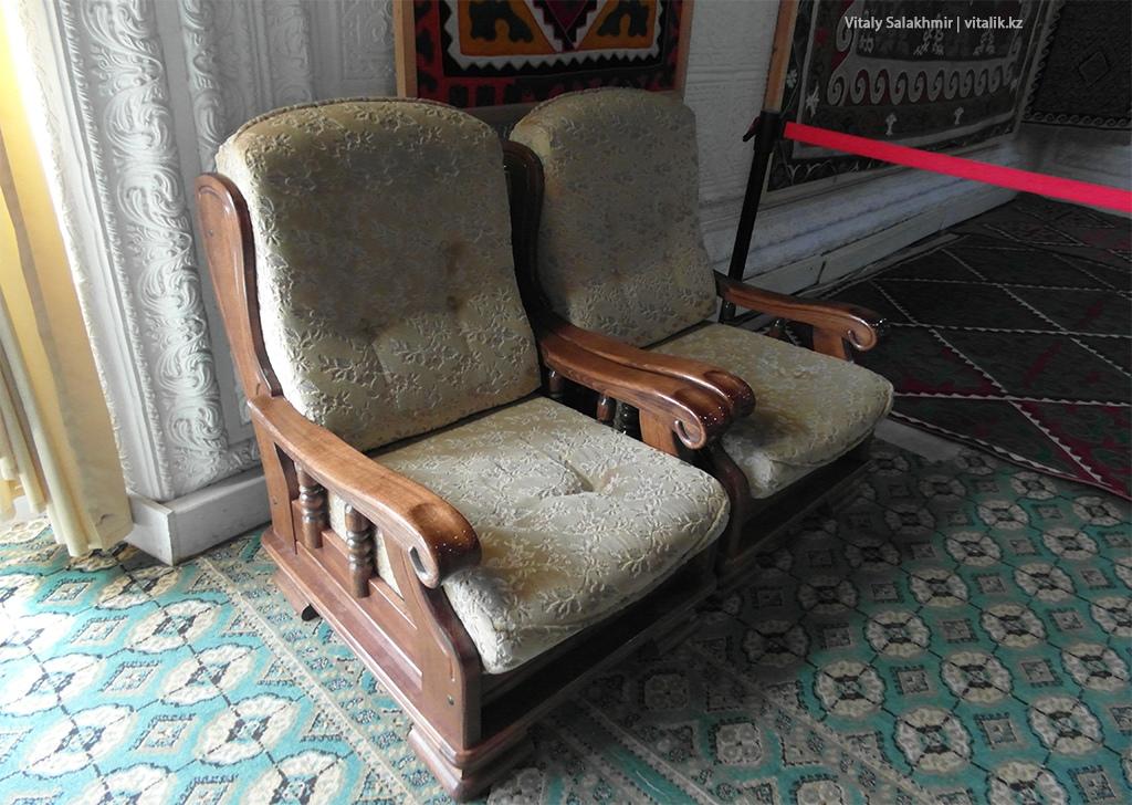 Старые кресла в галерее Рух Ордо