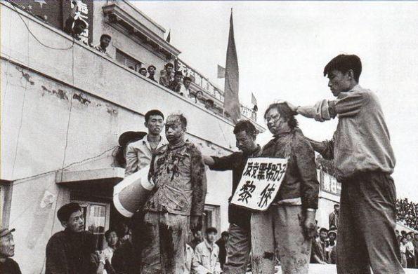 Хунвэйбины и их жертвы, которые не приняли революционные идеи Мао. 1966 г.Китай«Культурная революция»