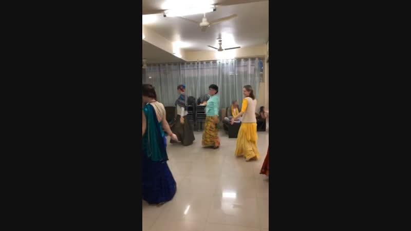 Студенты Вайшнавской Академии во Вриндаване учатся как танцевать на Харинамах