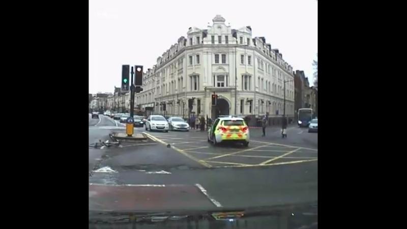Angleterre : 2 individus 'random' ont aidé la police a arrêter un individu armé d'un couteau.