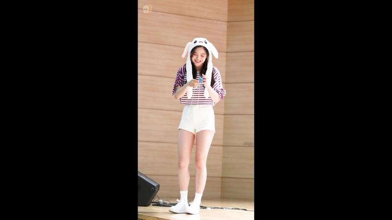 · Fancam · 180616 · OH MY GIRL BANHANA Hyojung Playing with yo yo · Gwanghwamun Fansign ·