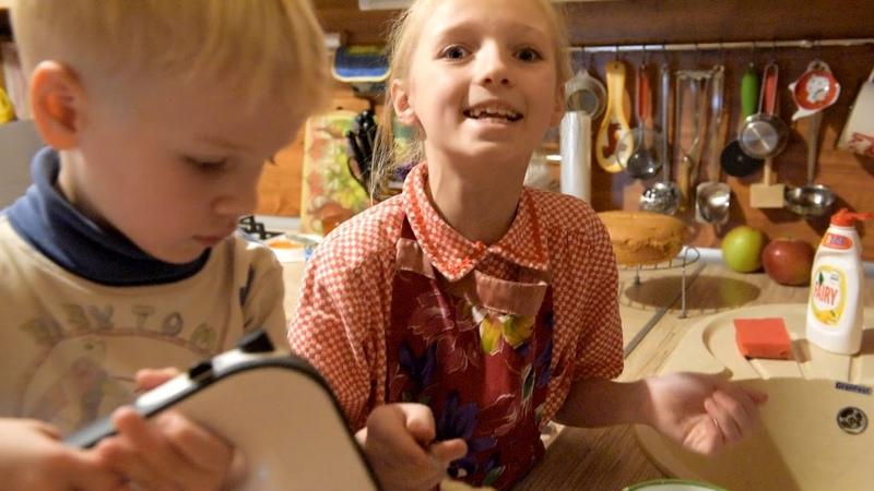 Бисквит с манным кремом пекут Настя и Алеша