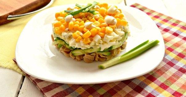 Салат с маринованными кальмарами и огурцом