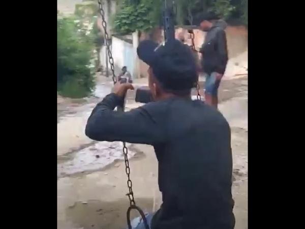 Bandidos do Comando vermelho com Fuzil Brincando em Balanço na Praça Seca