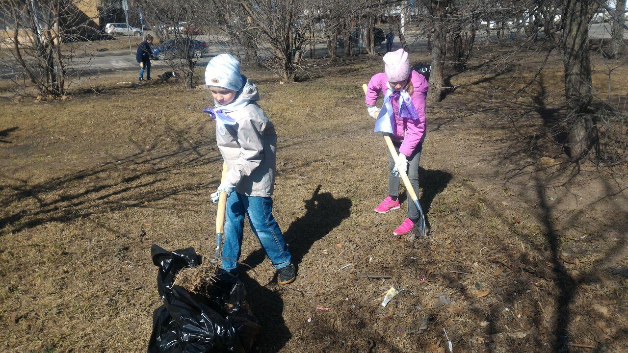 дети помогают на субботнике