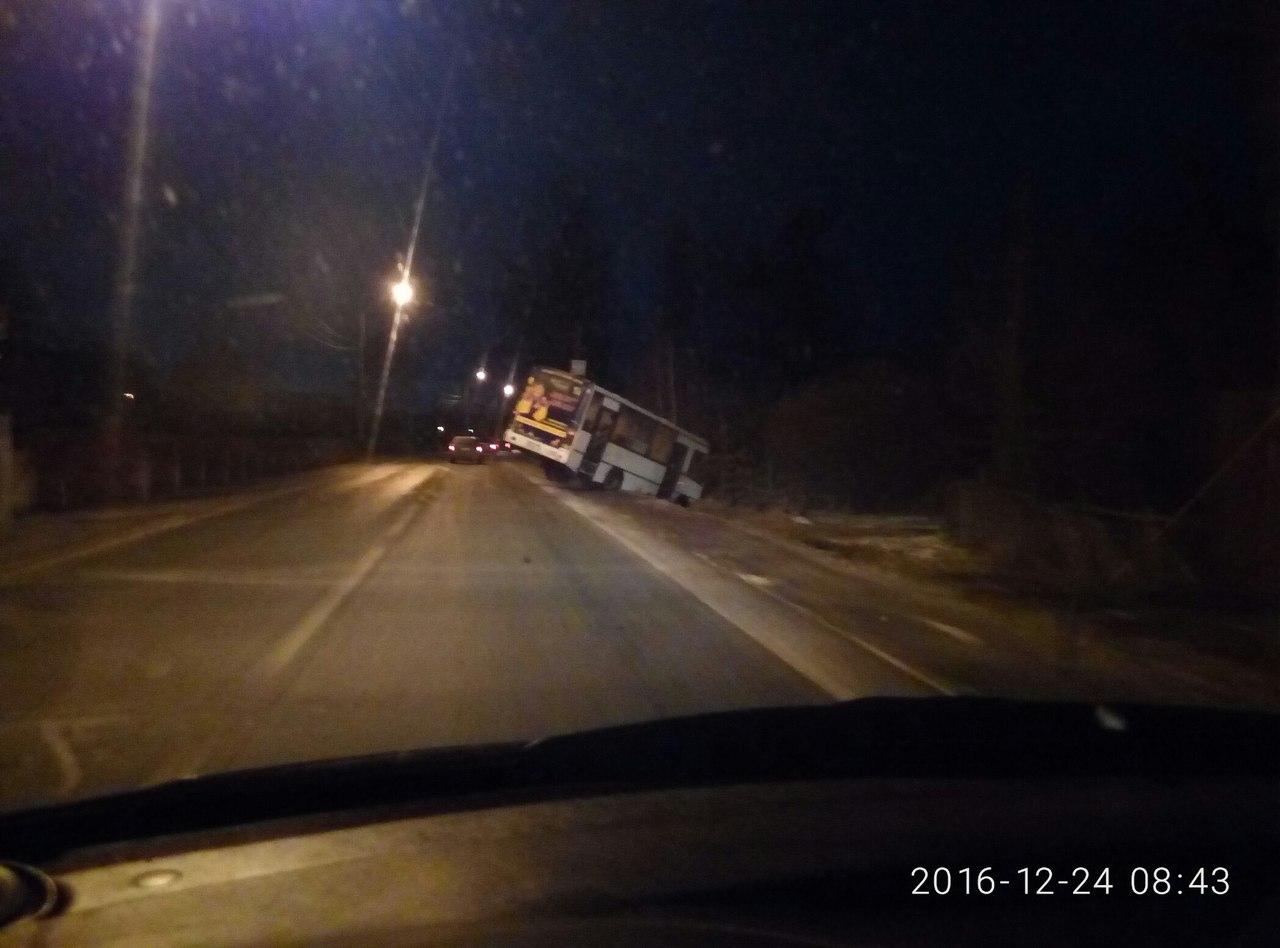 На Аннинском шоссе маршрутный автобус ушёл в кювет