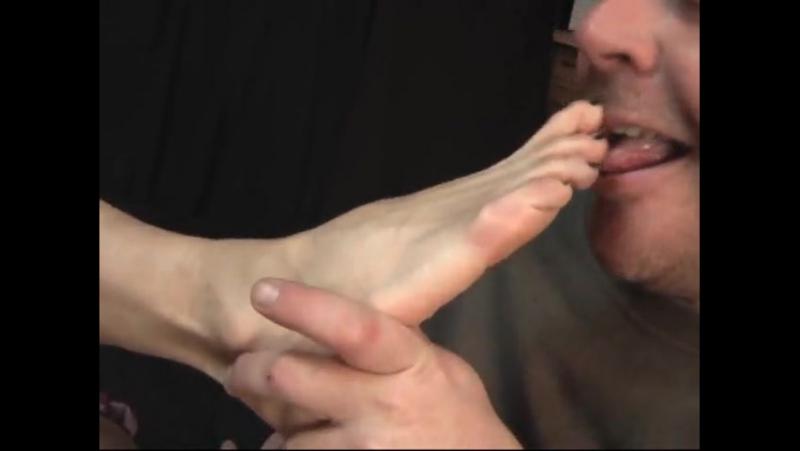 Лижет ноги Госпоже slave licking feet footfetish footworship dirtyfeet femdom heels footjob
