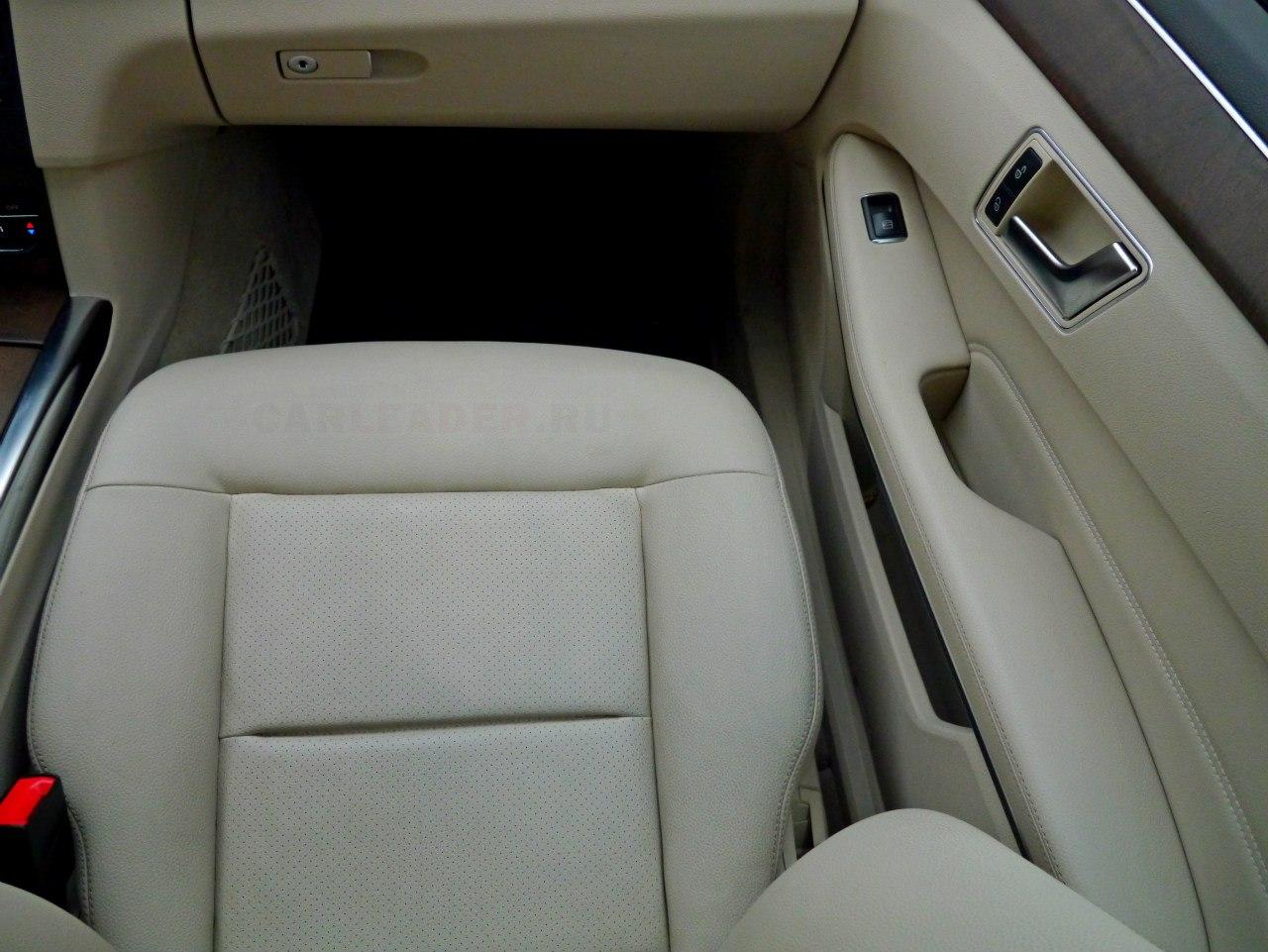 Плюс ненатуральной кожи Mercedes E 2014 - в ее износостойкости.
