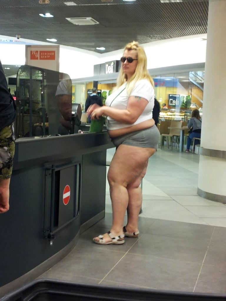Девушка в джинсовых шортиках трясет попой 2 фотография