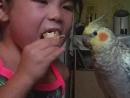 Кира и Сара кушают мороженое