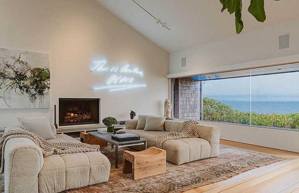 В гостях у Эллен Дедженерес и Порши де Росси: экскурсия по идеальному поместью пары в Санта-Барбаре Три спальни, четыре ванные комнаты, гостиные, столовая, теннисный корт и панорамный вид на
