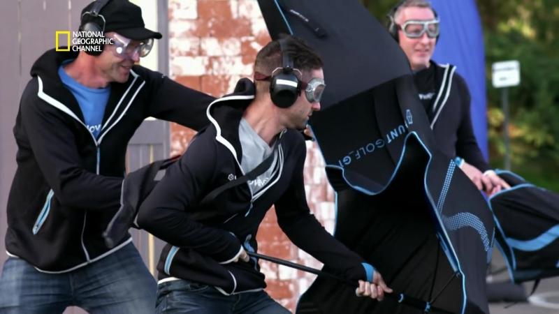 Le combat des titants Ils testent les parapluies les plus solides du monde