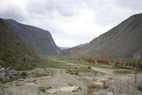 Вот за горой слева в пяти, примерно, километрах нас ждёт наша турбаза «Каменные грибы», прямо возле ещё одной с таким же названием, но на алтайском: «Кокше таш».