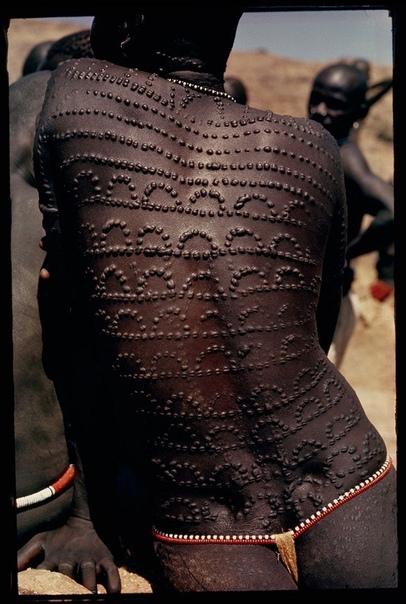 Фото женщинской спины  народности Нуба. Кружево из шрамов.