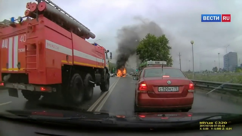 Лада взорвалась после тройного ДТП в Тюмени Россия 24