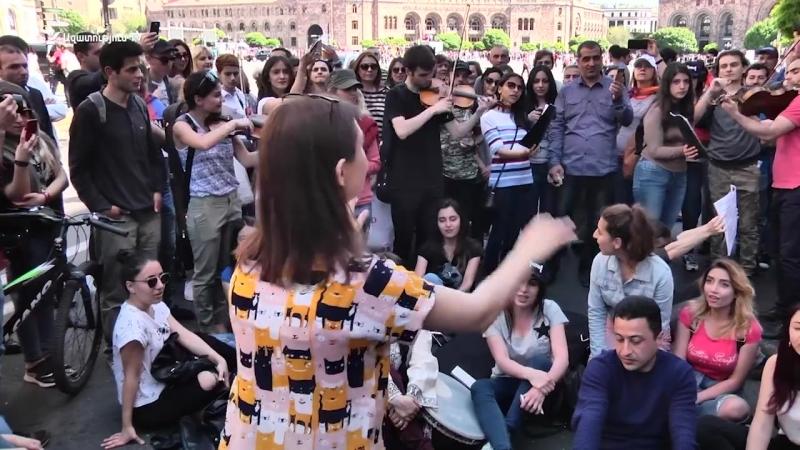 Ուսանողները Կոմիտաս են կատարում Հանրապետության հրապարակում