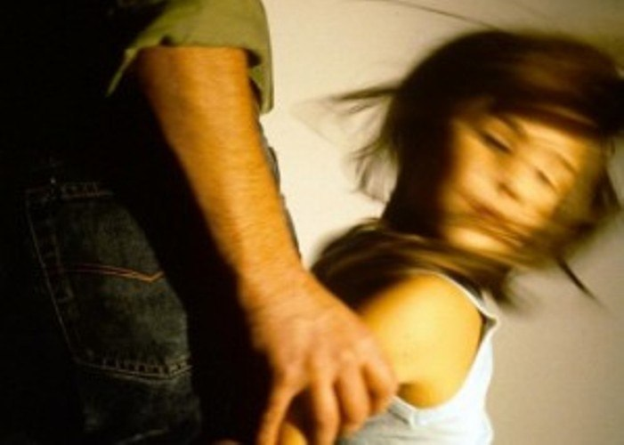 Там девочку пытался изнасиловать 28-летний мужчина. . Братья стали бить из