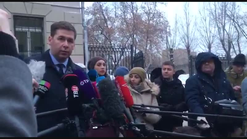 Предатель родины! Это мразь! НОДовцы выкрикивают оскорбления в адрес адвоката украинских моряков Ильи Новикова.