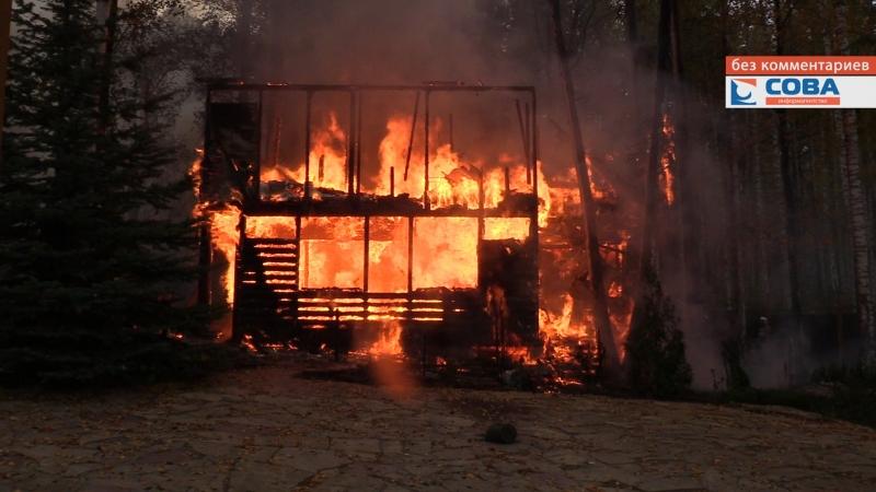 На ул. Верхняя сгорела постройка, пожарные отстояли коттедж и баню, находившуюся рядом