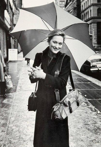 Очаровательная Мэрил Стрип прогуливается с зонтиком.