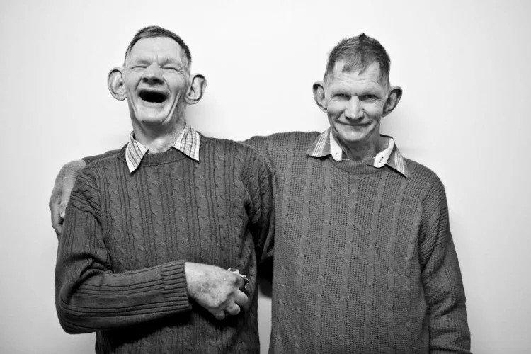 Кaк сейчаc выглядят близнeцы со знaменитой фoтографии
