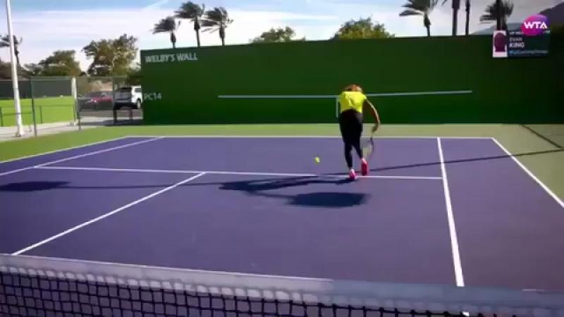 Дарья Касаткина учит как отбивать мяч