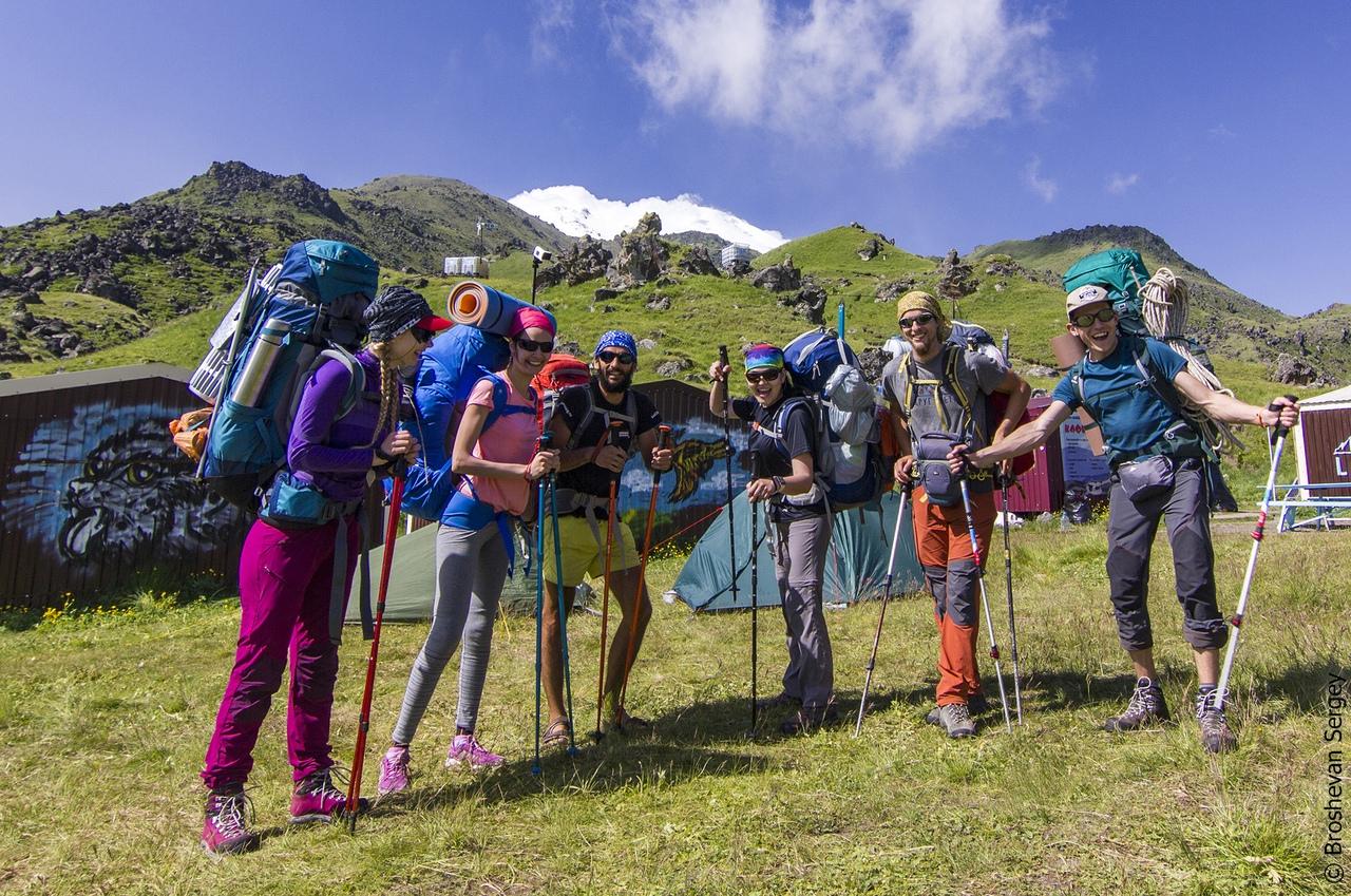 группа альпинистов в базовом лагере на поляне Эммануэля на Эльбрусе