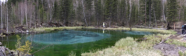 Озеро ещё называют голубым. Диаметр примерно 30 метров.