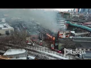 Вид с коптера на пожар площадью около 2 тыс. кв. м в складском здании на севере Москвы