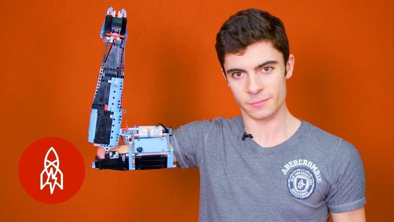 Школьник сделал себе протез руки из LEGO